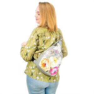 """""""Kwiatowy Cezary"""" z jasno szarą ekoskórą – materiałowy pakiet startowy do samodzielnego uszycia plecaka"""